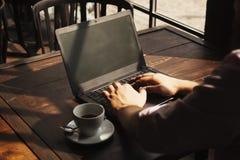Uomo d'affari che lavora con il successo del computer portatile, conoscenza, vittoria, Mo Fotografia Stock Libera da Diritti