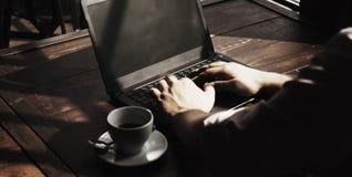 Uomo d'affari che lavora con il successo del computer portatile, conoscenza, vittoria, Mo Fotografia Stock
