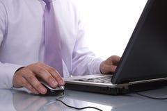 Uomo d'affari che lavora con il suo computer portatile Fotografie Stock
