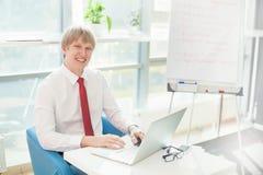 Uomo d'affari che lavora con il suo computer portatile Fotografia Stock Libera da Diritti