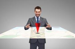 Uomo d'affari che lavora con la mappa virtuale del navigatore dei gps fotografie stock libere da diritti