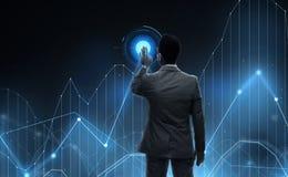 Uomo d'affari che lavora con la proiezione virtuale del grafico Fotografia Stock
