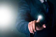 Uomo d'affari che lavora con la tecnologia virtuale moderna Immagini Stock