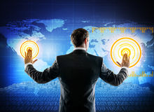 Uomo d'affari che lavora con lo schermo virtuale digitale Fotografia Stock Libera da Diritti