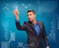 Uomo d'affari che lavora con lo schermo virtuale immaginario Immagine Stock Libera da Diritti
