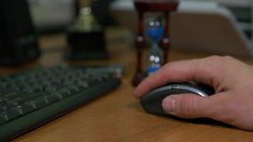 Uomo d'affari che lavora con un topo sul computer archivi video
