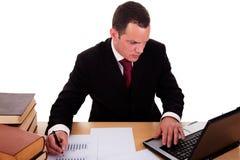 Uomo d'affari che lavora e che osserva al calcolatore Fotografia Stock Libera da Diritti