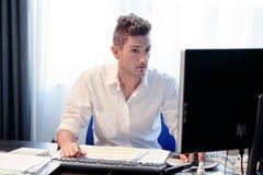 Uomo d'affari che lavora nell'ufficio immagini stock libere da diritti