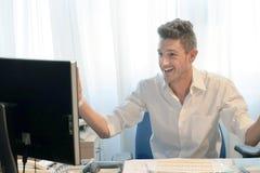 Uomo d'affari che lavora nell'ufficio immagine stock libera da diritti