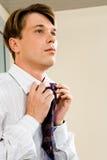 Uomo d'affari che lega cravatta Fotografie Stock
