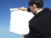 Uomo d'affari che legge il blocco per grafici Fotografia Stock Libera da Diritti