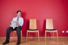 Uomo d'affari che legge un giornale Fotografie Stock