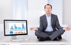 Uomo d'affari che media dal computer sullo scrittorio Fotografia Stock Libera da Diritti