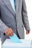 Uomo d'affari che mette voto in scatola di voto Fotografia Stock Libera da Diritti