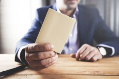 Uomo d'affari che mostra carta vuota bianca immagine stock