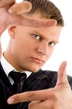 Uomo d'affari che mostra gesto di mano d'inquadramento Fotografia Stock