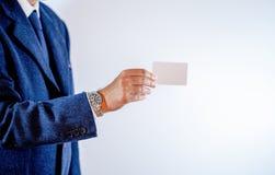 Uomo d'affari che mostra il suo biglietto da visita immagine stock