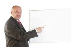 Uomo d'affari che mostra insegna in bianco. Immagini Stock