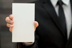 Uomo d'affari che mostra insegna in bianco Fotografie Stock Libere da Diritti