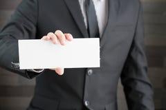 Uomo d'affari che mostra insegna in bianco Fotografia Stock Libera da Diritti