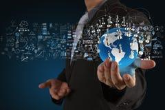 Uomo d'affari che mostra la terra 3d Immagine Stock