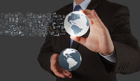 Uomo d'affari che mostra la terra 3d Immagini Stock Libere da Diritti