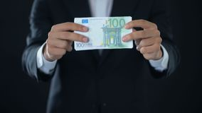 Uomo d'affari che mostra le euro banconote, valuta europea, offerta di credito, economia stock footage