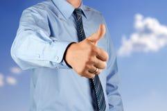 Uomo d'affari che mostra segno GIUSTO con il suo pollice in su Fotografia Stock