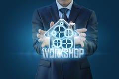 Uomo d'affari che mostra un addestramento su un fondo blu Fotografie Stock