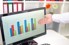 Uomo d'affari che mostra un grafico sullo schermo Fotografia Stock Libera da Diritti
