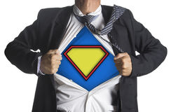 Uomo d'affari che mostra un vestito del supereroe al di sotto del suo vestito Immagine Stock Libera da Diritti