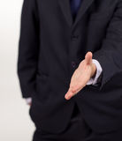 Uomo d'affari che mostra una stretta di mano alla macchina fotografica Fotografia Stock Libera da Diritti