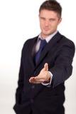 Uomo d'affari che mostra una stretta di mano alla macchina fotografica Fotografie Stock Libere da Diritti