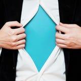 Uomo d'affari che mostra uno spazio della copia sotto la sua camicia Fotografia Stock Libera da Diritti