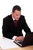 Uomo d'affari che osserva al calcolatore Immagini Stock Libere da Diritti