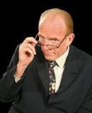 Uomo d'affari che osserva sopra i vetri Fotografia Stock