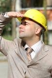 Uomo d'affari che osserva in su Fotografie Stock Libere da Diritti