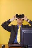 Uomo d'affari che osserva in su Immagine Stock Libera da Diritti