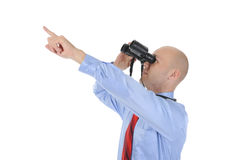 Uomo d'affari che osserva tramite il binocolo Fotografie Stock
