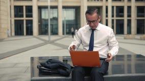 Uomo d'affari che ottiene cattive notizie sul suo computer portatile stock footage