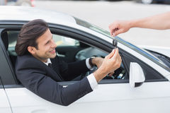 Uomo d'affari che ottiene la sua nuova chiave dell'automobile Immagini Stock