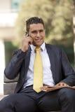 Uomo d'affari che parla al suo cellulare Fotografia Stock