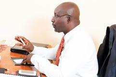Uomo d'affari che parla con cliente Fotografia Stock Libera da Diritti