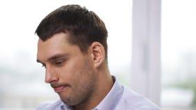 Uomo d'affari che parla con qualcuno all'ufficio archivi video