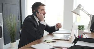 Uomo d'affari che parla sul telefono cellulare video d archivio