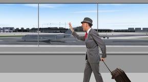 Uomo d'affari che passa il terminale di aeroporto immagini stock