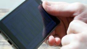 Uomo d'affari che passa in rassegna le notizie finanziarie sul telefono cellulare mobile, Fotografia Stock Libera da Diritti