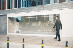 Uomo d'affari che passa shopfront Fotografia Stock