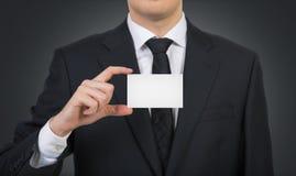 Uomo d'affari che passa un biglietto da visita immagini stock libere da diritti