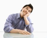 Uomo d'affari che pensa e che spera. fotografia stock
